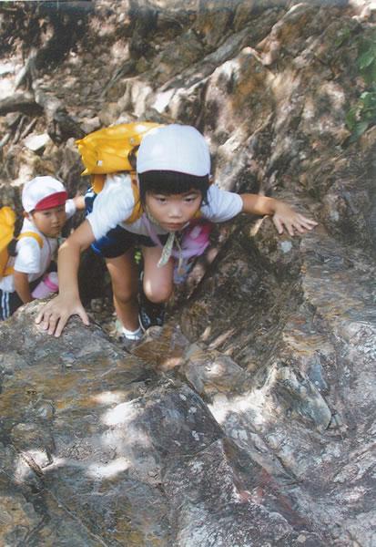 頑張って岩登り。